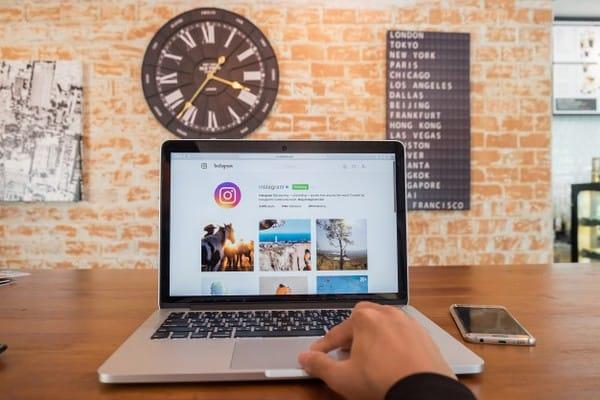 Mais da metade dos usuários procura por produtos nas redes sociais
