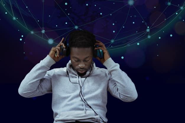 Um podcast é um canal que transmite informações por meio de áudio.