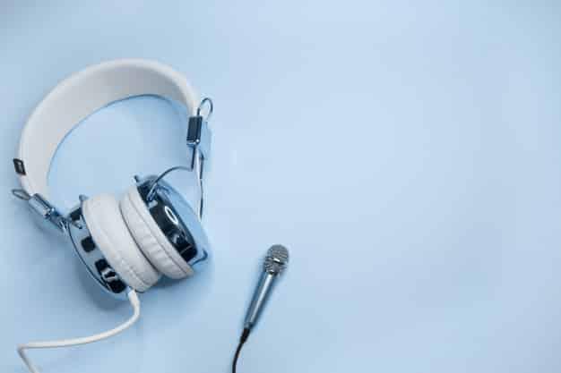 Historicamente, o rádio se inclinou para o apelo de massa e os podcasts gravitaram mais para nichos